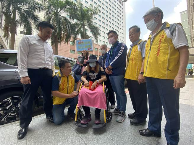 台中行善團20日再前往中國醫藥大學附設醫院為水餃媽媽加油打氣,也帶來行善團、房仲業者募得的26萬元。(馮惠宜攝)