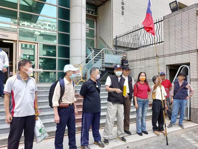 台南市退休警察莫伯強(左四)因向蔡英文總統陳情被員警勸阻,事後以遭拉扯受傷為由,提告市警局長方仰寧、警六分局長陳錦文等人涉嫌傷害及妨害自由。(洪榮志攝)