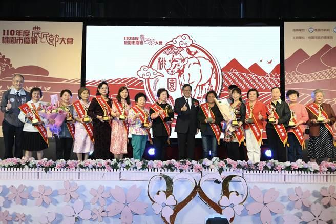 桃園市長鄭文燦共頒發165獎項,感謝農友長年來的辛勤、辛勞。(姜霏攝)