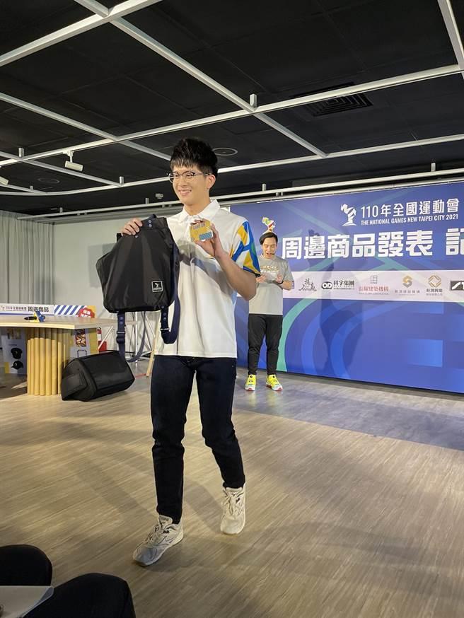 新北市金牌選手分別帥氣穿搭走秀來介紹周邊商品。 吳志雲攝影