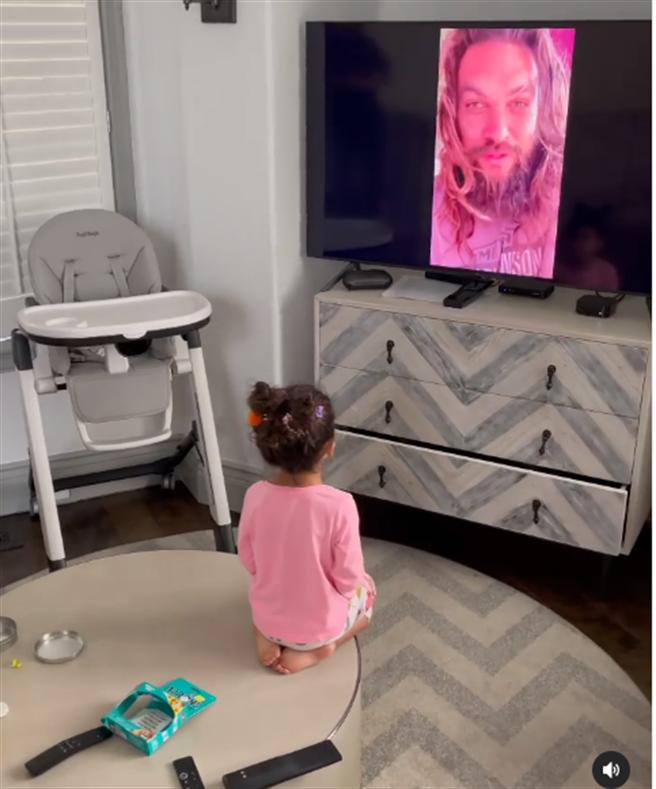Tia生日當天接到「水行俠」傑森摩莫亞的視訊電話,用崇拜跪姿聆聽偶像說話。(取材自巨石強森IG)