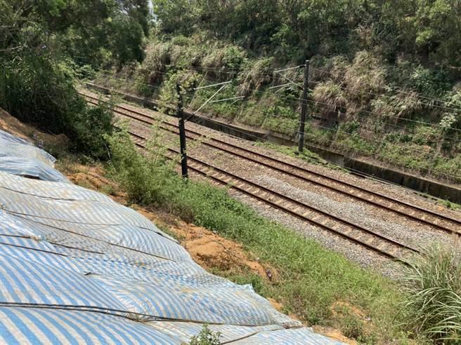台鐵竹北華城段曾因豪雨,導致邊坡滑落覆蓋鐵軌,居民憂心僅用帆布覆蓋不牢靠。(翻攝照片/莊旻靜新竹傳真)
