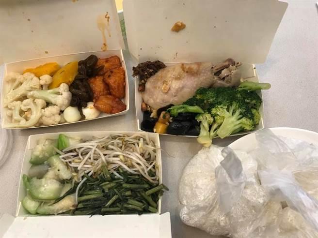一民眾日前至汐止中興路自助餐買便當,2肉9菜要價515元,令他傻眼。(圖/翻攝自汐止集團)
