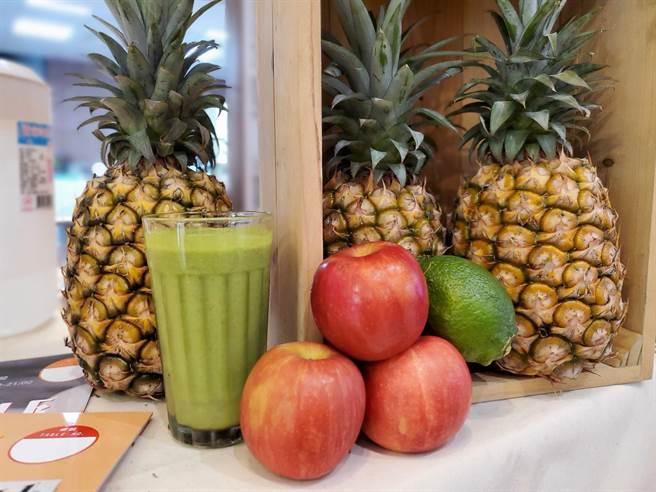 綠拿鐵就是把鳳梨、蘋果、檸檬放一起打成果汁,高纖、酸甜鮮美又抗暑。(周麗蘭攝)