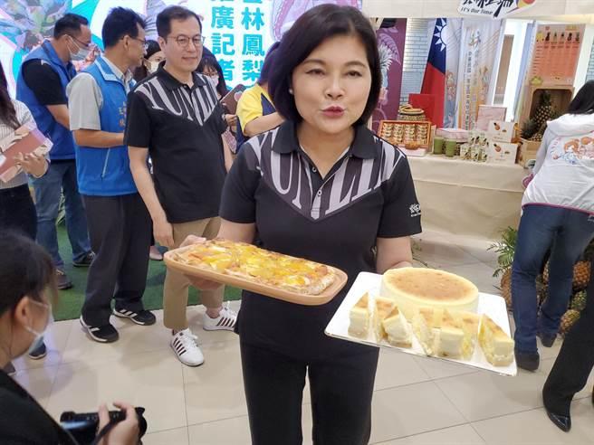 劍湖山世界推出鳳梨披薩與鳳梨冰鑽咖啡,縣長張麗善在記者會上招呼大家享用。(周麗蘭攝)