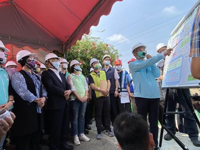 行政院長蘇貞昌(左二)20日視察烏溪伏流水工程,聽取水利署長賴建信的工程與計畫簡報。左為彰化縣長王惠美。(謝瓊雲攝)