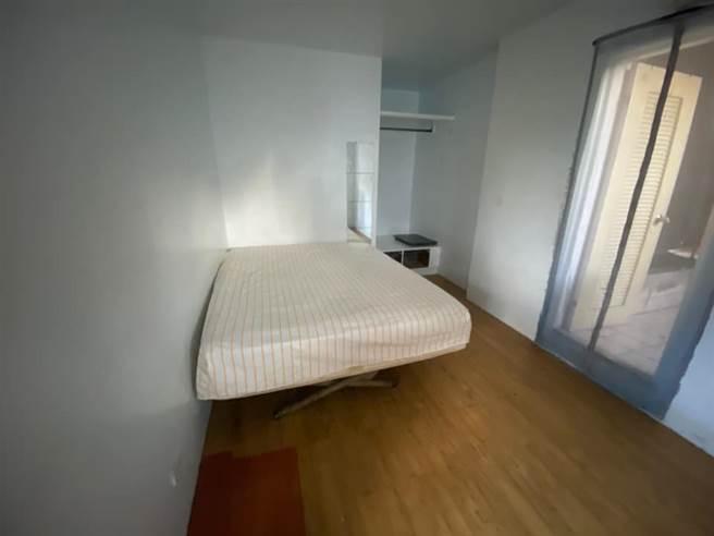 古同學表示,房東還在網站放了一張有床的房間照片,但到現場根本與照片不符。(圖/翻攝自古同學臉書)