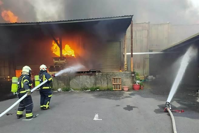 觀音區新坡某物流倉庫起火,起火原因仍待調查。(姜霏翻攝)