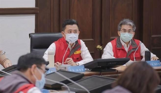 新竹市長林智堅(中)表示,為限水提前部署,全市總計將設置158個供水站。(陳育賢攝)
