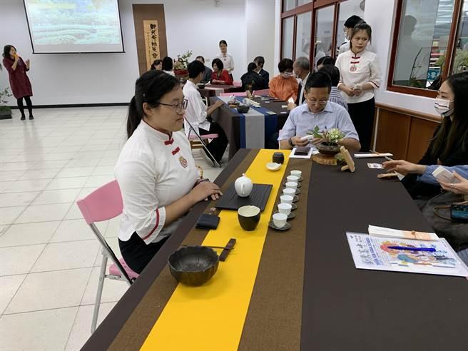 新民高中校慶系列活動之一的「新民青陽茶會」,展現校內社團學習成果。(林欣儀攝)
