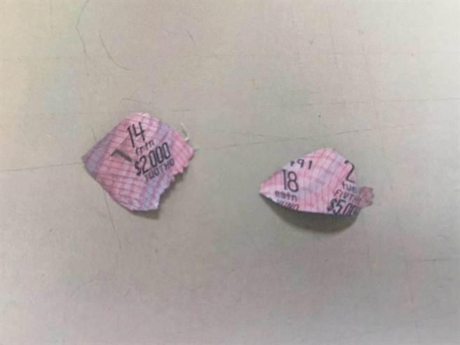 夏男先從沒中獎的彩券上,以筆刀小心刮下印有英文字母透明薄膜,再仔細核對防偽線、完美移植、貼合至變造彩券上,成功騙過彩券行店員。(讀者提供/袁庭堯高雄傳真)