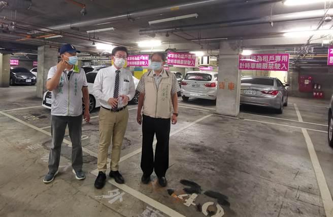 有鑑於善化公有市場附近停車位不足,林志展議員建議公有市場地下停車場減少月租比例。(劉秀芬攝)