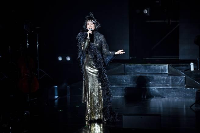 坣娜穿Khieng ATELIER方國強高級訂製服「黑金雙色法國香頌長禮服」。(圖/品牌提供)