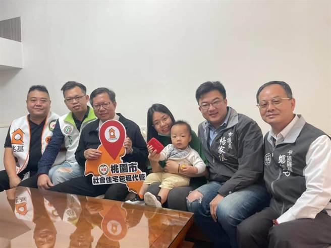 桃園市包租代管績效第一市長鄭文燦訪視住戶。(呂筱蟬攝影)