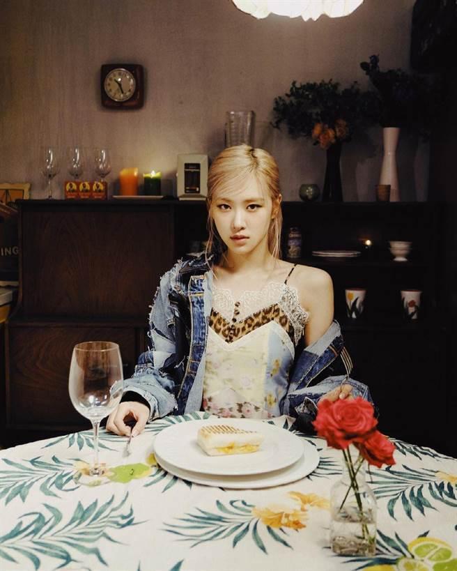圖一:Blackpink Rosé在個人單曲MV預告中,身穿BLUMARINE 春夏豹紋花卉蕾絲拼接上衣搭配牛仔外套獨自用餐,散發慵懶氛圍。(翻攝自Rosé IG)