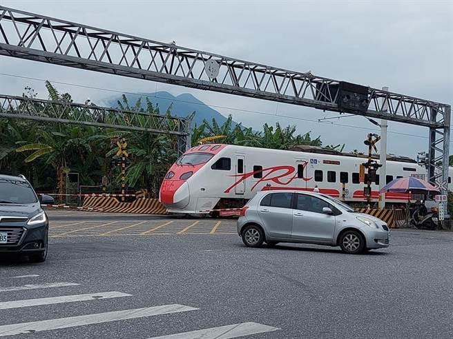 花蓮吉安鄉日前發生工程車卡在平交道意外,所幸保全人員即時通報列車減速,並協助車輛排除,過程驚險的90秒,避免一場交通事故。(讀者江思婷提供/王志偉花蓮傳真)