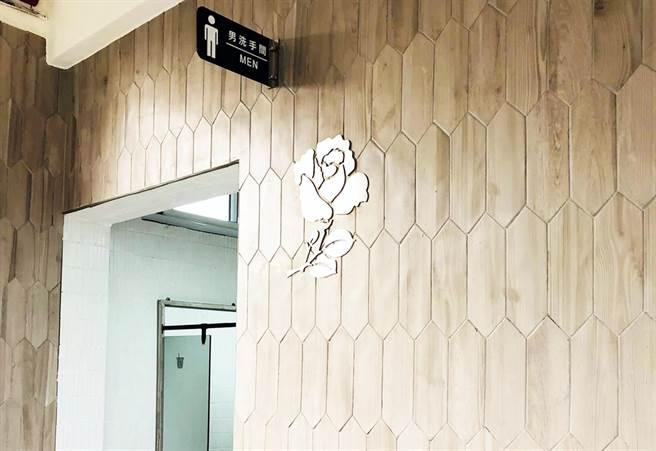 高樹國中廁所外設置不鏽鋼「玫瑰」,紀念玫瑰少年葉永鋕。(高樹國中提供)
