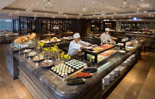 台北君悅酒店推出線上旅展,其中有超值聯合優惠餐券適用於人氣自助餐廳凱菲屋、彩日本料理及茶苑。(台北君悅酒店提供)