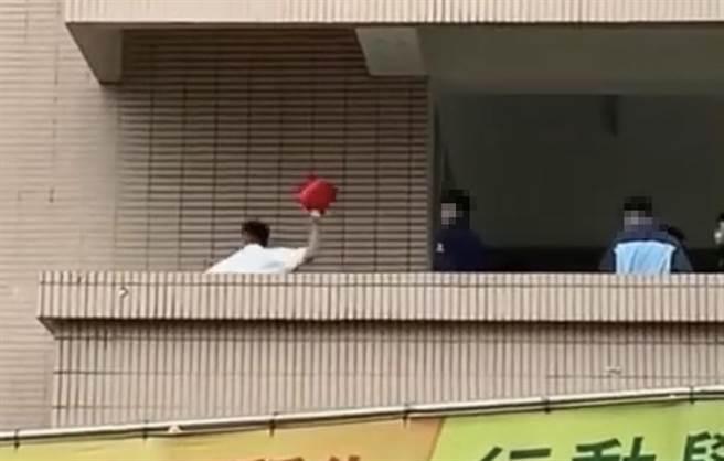 台中某高中發生校園霸凌,1名學生被推到走廊角落,穿著白上衣的男同學對他猛揮拳,還拿起1只紅水桶用力猛砸。(圖/翻攝自爆料公社)