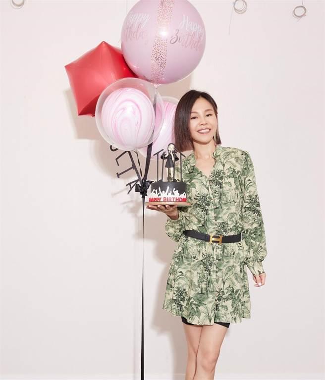 金曲歌后彭佳慧20日歡慶49歲生日,因應日前推出新單曲〈太難唱了〉,她所屬索尼音樂特別訂製「太難唱了」氧氣罩新造型的翻糖蛋糕,獻上祝福。(索尼音樂提供)
