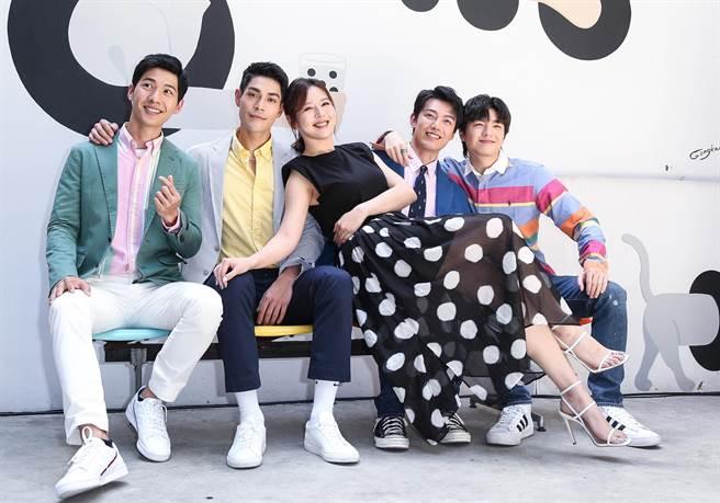 劉品言(中)為王碩瀚(右起)、賴東賢、李迪恩、廖偉博主演的《約定I DO》站台。(陳俊吉攝)