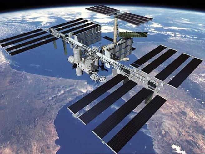 俄羅斯宣佈在2025年退出國際太空站(圖)計劃,使得國際太空站面臨退役與重新建造的問題。俄方將與中國合作興建新的太空站,並計劃在月球南極建立月球科研站,挑戰美國的太空霸權。(圖/NASA)