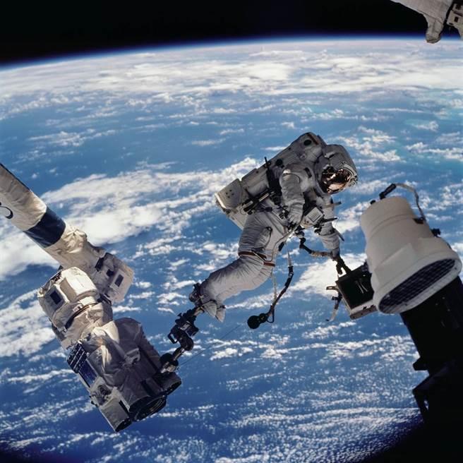 逐漸老化的國際太空站近年已多次發生裂縫、氧氣洩漏及其他重要維生設備問題,必須經常維修。進行全面維修所需費用過高,風險也太大,建造新站反而更划算。圖為太空太人對太空站進行維修。(圖/NASA)