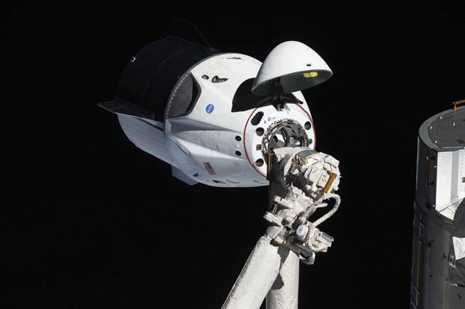 美國商太空探索技術公司SpaceX已成功開發出可回收商用飛船天龍號(圖),使得長期以來完全依賴俄國聯盟號太空船做為運補國際太空站工具的情況改觀。圖為天龍號與國際太空站在軌道上對接。(圖/美聯社)