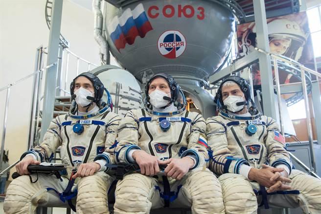 俄羅斯太空人杜布洛夫與諾維茨基,以及美國太空人范德海在俄國莫斯科星城準備前往國際太空站,在俄羅斯退出國際太空站計劃後,這樣的照片可能會成為絕響。(圖/路透)