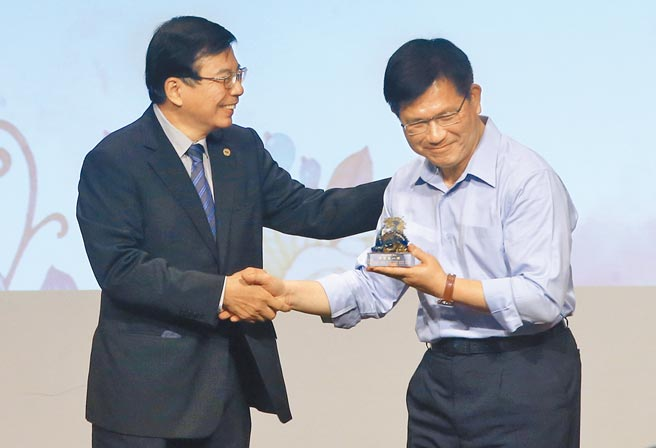交通部19日替卸任的交通部長林佳龍(右)舉辦惜別會,並由將接任交通部長的王國材(左)致贈紀念品。(趙雙傑攝)
