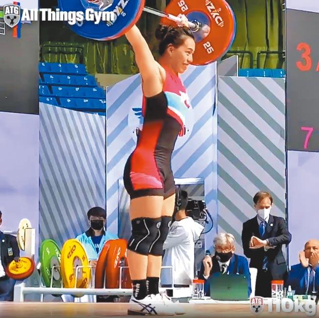 郭婞淳19日在亞洲舉重錦標賽女子59公斤級抓舉項目中,以破世界紀錄的110公斤摘金。(摘自國際舉重總會官方推特)