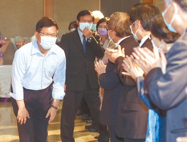 卸任交通部長林佳龍(後左)19日下午在新任交通部長王國材(後右)陪同下,向交通部同仁致意告別。(趙雙傑攝)