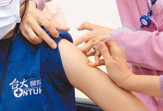 台大醫院自3月22日起開始施打AZ疫苗,至今已有超過1千5百名員工接種。圖為台大醫院第一線醫護人員接受施打疫苗情形。(本報資料照片)