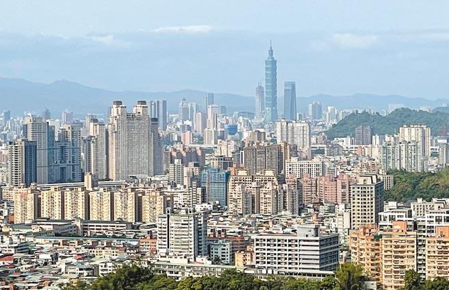 圖為自新北市山區望向台北市的房屋概況。(陳信翰攝)