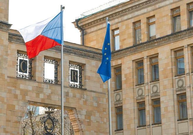 在捷克17日因2014年一起軍火庫爆炸案,驅逐18名俄羅斯使館人員後,俄國外交部18日馬上還以顏色,要求20名捷克外交人員最晚19日離境。(路透)