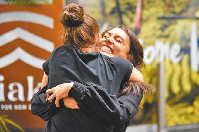 紐西蘭和澳洲「旅遊泡泡」19日正式上路,紐西蘭航空公司一架班機當天載著首批澳洲旅客抵達首都威靈頓,一對久別親友見面時興奮地擁抱在一起。(路透)