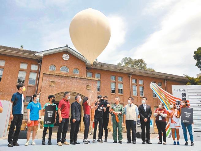 今年的全國大專運動會由國立成功大學主辦,成大參考奧運創意,運用探空科技,首度將全大運實體聖火,送上高空。(洪榮志攝)
