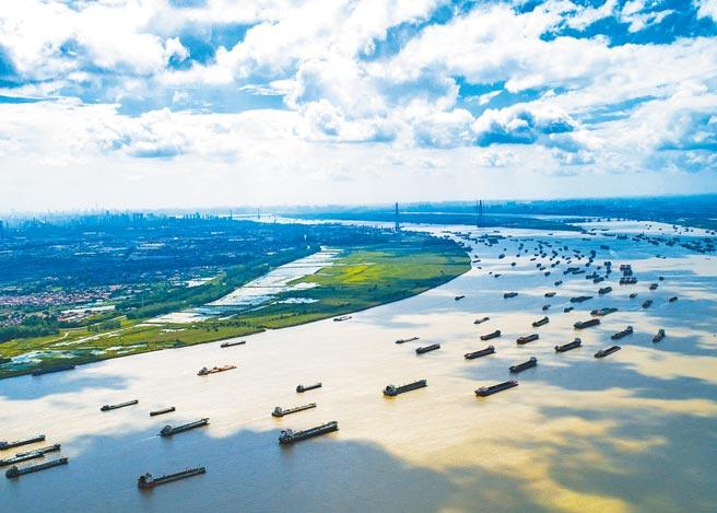 揮別去年疫情陰霾,大陸湖北省第1季交出亮眼的經濟成績單,全省GDP總值為9872.67億元,比上年同期增長58.3%。(新華社)