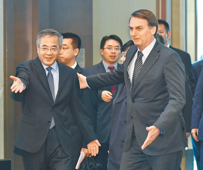 主管经贸的大陆国务院副总理胡春华(左),动向受关注。图为他2019年和巴西总统博索纳罗(右)共同出席中国-巴西经贸合作论坛开幕式。(新华社)