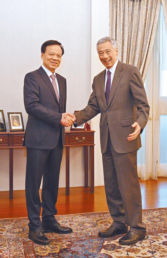 重庆市委书记陈敏尔(左),堪称是20大前人事变动中,最受瞩目的一位。图为他2019年会见新加坡总理李显龙。(新华社)