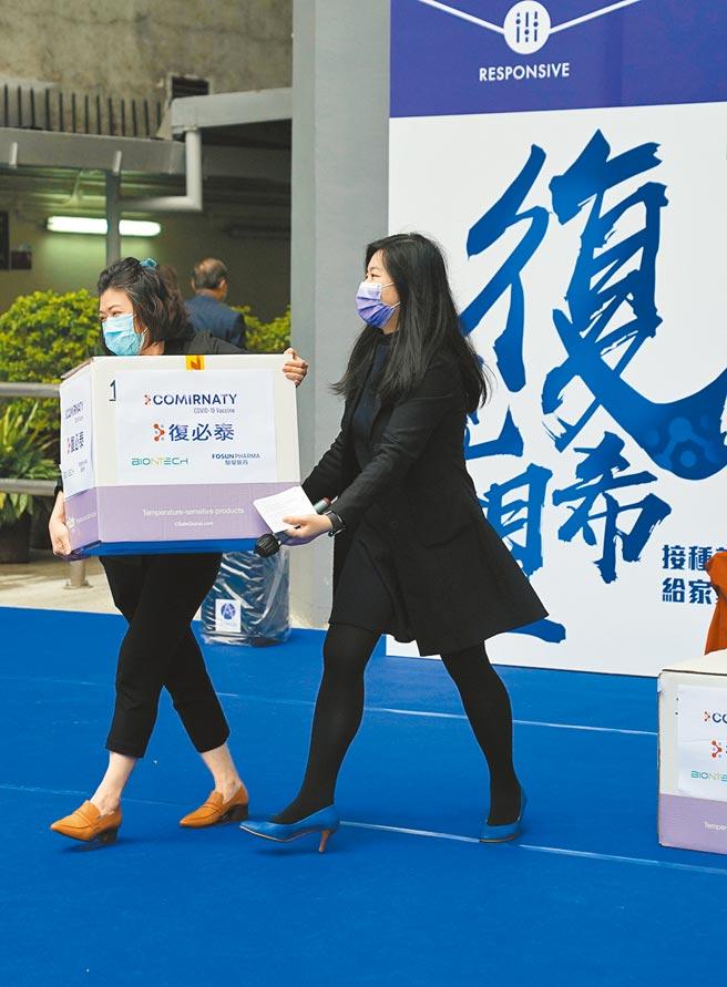 據《華爾街日報》報導,大陸有望在未來10周內批准德國BioNTech疫苗在大陸緊急使用。圖為香港採購的復必泰疫苗從德國運抵香港。(新華社)