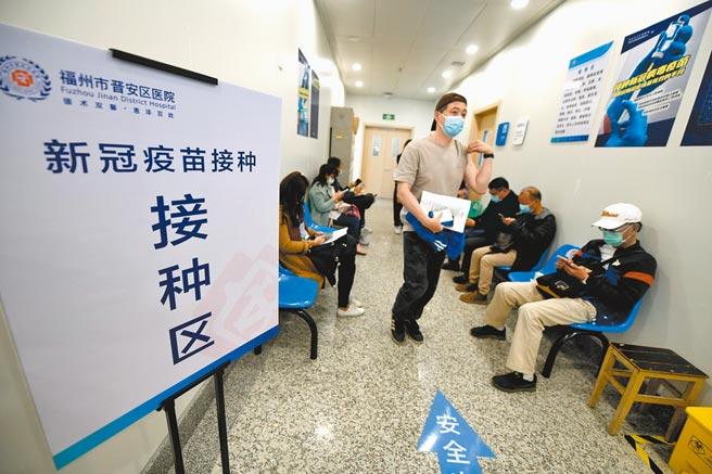 《人民日报》称,大陆启动新冠疫苗接种数据「日报」制度,既是一张「进度表」,也是发布一道「动员令」。图为19日首批32名台胞在福州市晋安区医院自愿接种疫苗。(中新社)