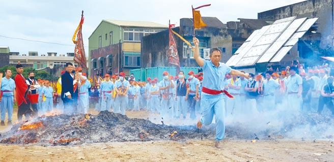 竹围福海宫于农历3月8日(国历4月19日)举办「飞辇轿、过金火」庆典活动。(福海宫提供/姜霏桃园传真)