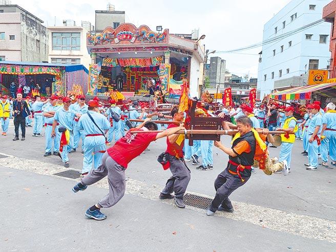 福海宫辅信王公「飞辇轿、过金火」是北台湾保留最盛大过金火传统文化。(姜霏摄)