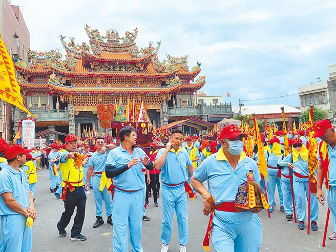 去年因疫情肆虐,福海宫停办庆典活动,今年则恢復正常,但参与过火的神轿限制30组。(姜霏摄)