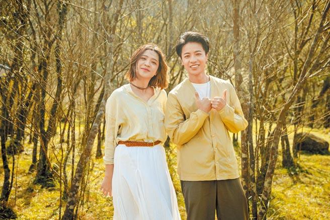 比利(右)為黃宇寒新歌MV跨刀。(新視紀整合行銷提供)