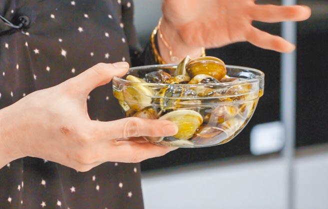 氣泡水做菜小訣竅,把蛤蜊浸泡在氣泡水裡可讓沙吐得更快。(石智中攝)
