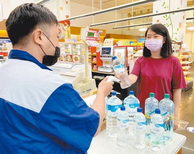 因應全台水情吃緊,民眾前往超商購買大量瓶裝水備貨。(萊爾富提供)
