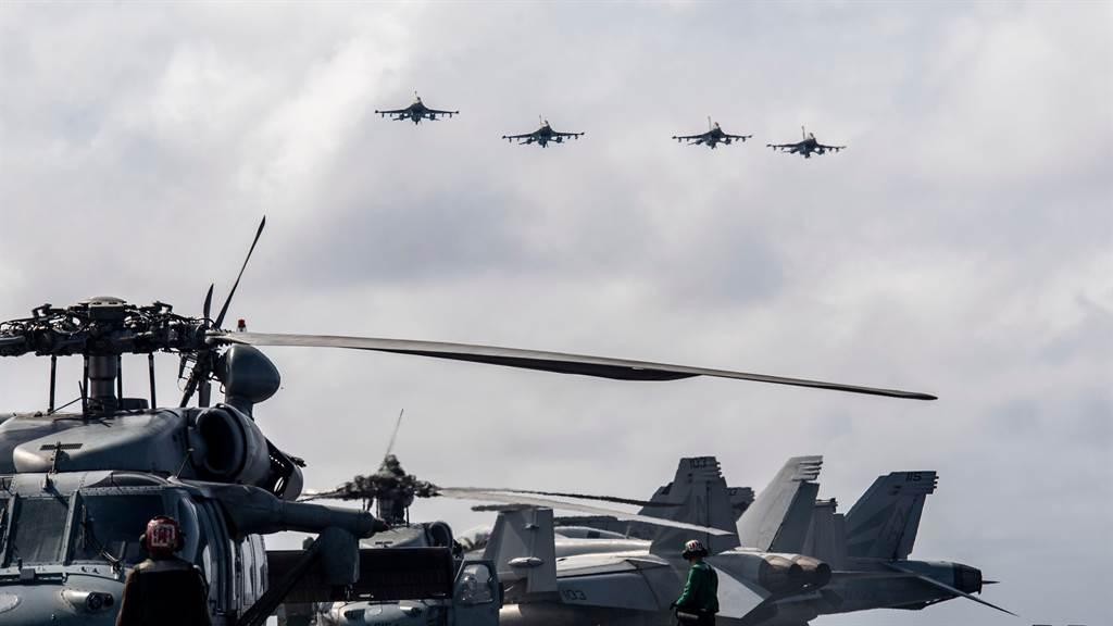 美國空軍4架F-16戰機上周一由日本飛往南海支援航空母艦羅斯福號戰鬥群,且罕見掛載大批精準彈藥出發,表明這不是一趟普通的遠程訓練任務,而是具有重要戰術意義的演練。(圖/推特@DVIDSHub)