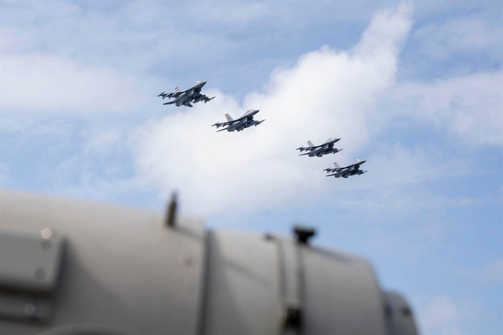 隸屬美軍空軍三澤基地的4架F-16,由沖繩嘉手納空軍基地出發,在巴士海峽有4架KC135空中加油機為其加油,F16其後在南海上空飛越羅斯福號戰鬥群。(圖/推特@DVIDSHub)